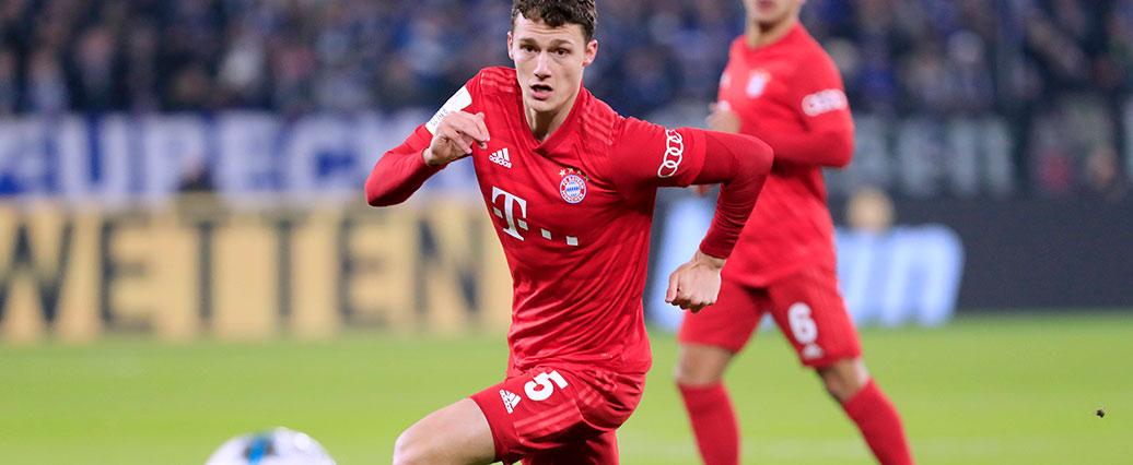 FC Bayern: Benjamin Pavard steht für eine Laufeinheit auf dem Platz
